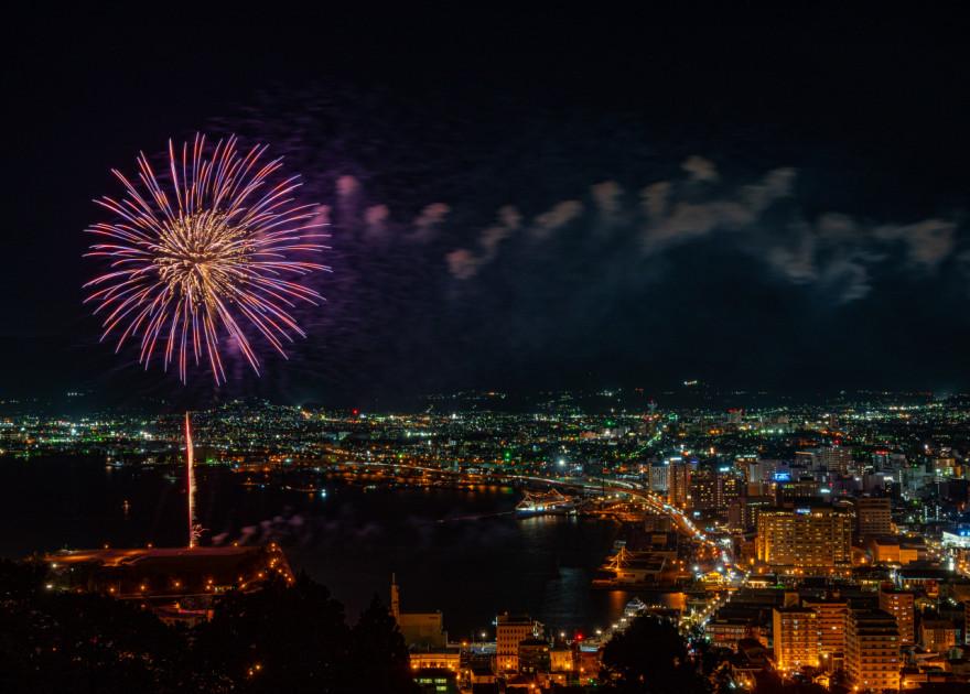 函館夜景と花火のコラボレーション(19日、函館山)