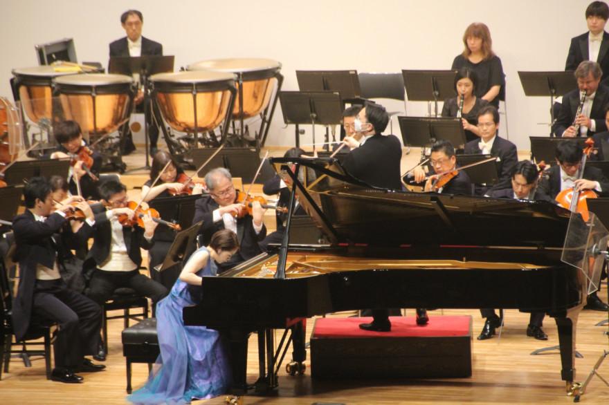 カーチュン・ウォンさんの指揮で演奏を披露するピアニストの上原彩子さんと仙台フィルハーモニー管弦楽団