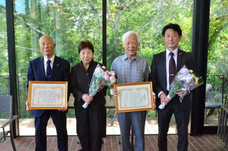 感謝状を受け取った(左から)幸夫さん、絹子さん、若狭さん。右は贈呈した佐伯係長
