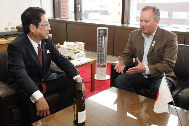 工藤市長と懇談するモンティーユ社長(右)