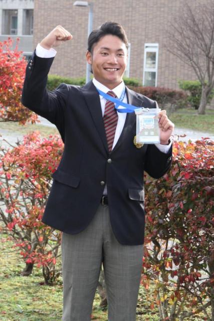 栗山監督のメッセージが書き込まれたドラフト入場IDを手に笑顔をみせる伊藤投手
